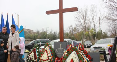Monument ridicat de părinţi şi foşti colegi eroilor căzuţi la Tuzla / Galerie foto