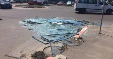 Pericol pentru șoferii din Constanța! Zeci de geamuri sparte pe bulevardul Aurel Vlaicu