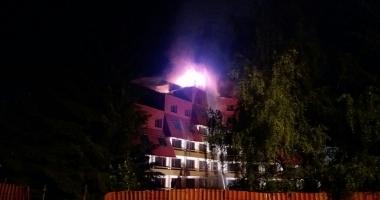 INCENDIU PUTERNIC. Acoperişul hotelului Ciucaş, din Poiana Braşov, cuprins de flăcări