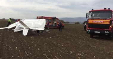 Un avion de mici dimensiuni a aterizat forţat pe un câmp