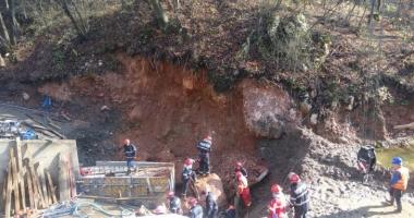 GALERIE FOTO / Trei persoane au murit, după ce au fost prinse sub un mal de pământ