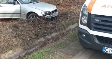 Galerie foto / Accident la ieşire din Constanţa. Un şofer a ieşit în decor cu BMW-ul