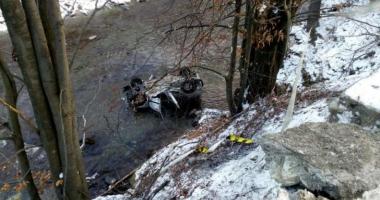 Două persoane decedate şi una rănită grav, după ce au plonjat cu maşina în apă
