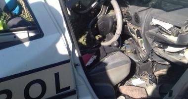 Galerie foto. Accident rutier, după ce un agent s-a izbit cu mașina de poliție într-un copac