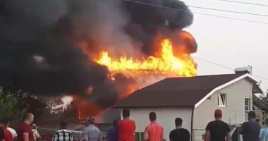 UPDATE. Incendiu puternic la 23 August! Focul s-a extins și la casa din apropiere!