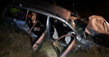 Poliţist rănit grav după ce maşina pe care o conducea a lovit un copac, apoi s-a răsturnat