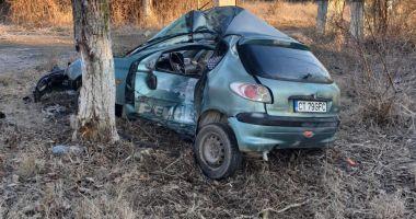 TRAGEDIE LA CONSTANȚA! Un mort și un rănit grav, după ce s-au izbit cu mașina în pom