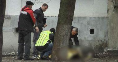 Un bărbat şi-a înjunghiat de 30 de ori soţia, apoi s-a aruncat de la etajul 9