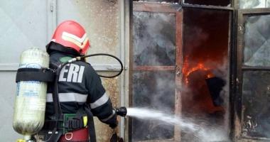 Incendiu de proporţii! Pompierii au reuşit să salveze câteva utilaje