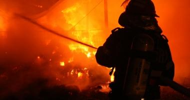 VIDEO. Tragedie de proporţii. Şi-a dat foc după ce s-a certat cu soţia. Casa a ars în întregime