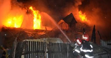 OPT CASE INCENDIATE! Focul a fost pus intenţionat. Suspectul a fost internat la psihiatrie