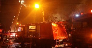 Incendiu violent, la Cernavodă. 30 de persoane s-au autoevacuat