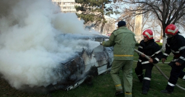Pericol de explozie, la o benzin�rie din Constan�a. Trei ma�ini au ars, pompierii �i poli�i�tii se contrazic �n declara�ii