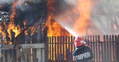 Incendiu devastator. Doi copii şi mama lor au murit arşi de vii