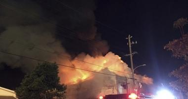 Incendiu devastator! O hală cu bărci şi motoare a ars în totalitate