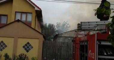 Incendiu puternic la Mangalia. Există pericolul ca focul să se extindă la mai multe case!