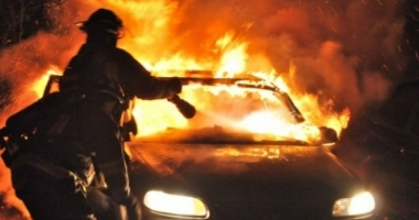 ACCIDENT RUTIER GRAV. Două autovehicule au luat foc, după ce s-au ciocnit. Patru persoane, rănite grav