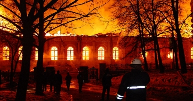 Opt pompieri �i-au pierdut via�a �ntr-un incendiu devastator, la Moscova
