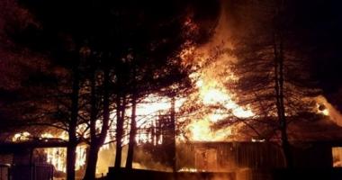 INCENDIU DEVASTATOR la o tabără de copii: 2 morţi. Clădirea unde erau cazaţi, făcută scrum