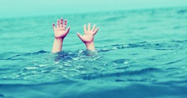Două minore, resuscitate, după ce s-au înecat în apa mării, la Costineşti