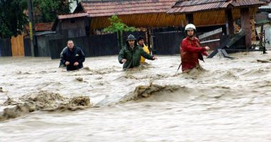 Cod roşu de inundaţii pe râuri din două județe