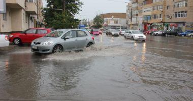 V-aţi inundat din cauza ploilor din ultimele ore? Iată unde trebuie să sunaţi