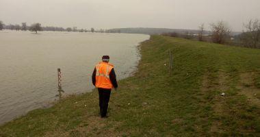 Galerie foto. Dunărea ameninţă drumurile judeţene din Constanţa!