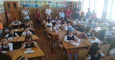 """Învăţătoarele de la clasele I şi a II-a: """"Numai noi ştim cum ne-om descurca!"""""""