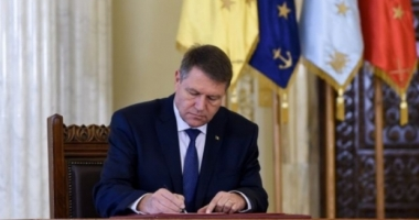 Klaus Iohannis a promulgat legea privind decontarea navetei şcolare şi pentru elevii de liceu