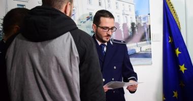 Lecţie de civism. Doi tineri care au prins un tâlhar, premiaţi de poliţiştii din Constanţa