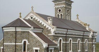 IPS Teodosie oficiază Sfânta Liturghie la Colilia