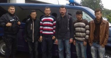 6 irakieni și sirieni ascunși într-o autoutilitară, depistați de polițiștii de frontieră