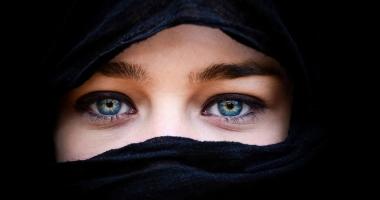 Turcia ridică interdicţia privind purtarea vălului islamic în armată