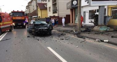 Patru răniţi, printre care un adolescent de 16 ani inconştient, după ce două maşini s-au ciocnit în municipiul Sibiu