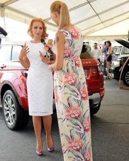 Standul Land Rover & Jaguar: Iulia Vântur şi Roxana Ciuhulescu, invitatele speciale
