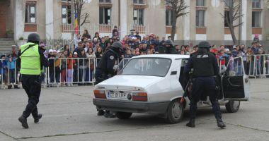 """Jandarmii fac """"spectacol"""" pe faleză. Defilare cu torţe, pe străzile municipiului"""