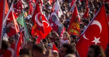 Zeci de mii de persoane protestează la Istanbul împotriva lui Erdogan