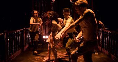 """Spectacolul """"Jocuri în curtea din spate"""" se joacă, duminică, pe scena Teatrului de Stat Constanța"""