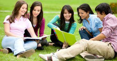 Elevii şi profesorii vor vacanţe mai lungi. Când începe şcoala, la toamnă