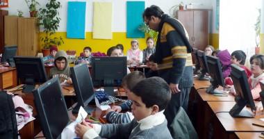 Copii rupţi de foame,  atraşi la şcoală cu… desene animate