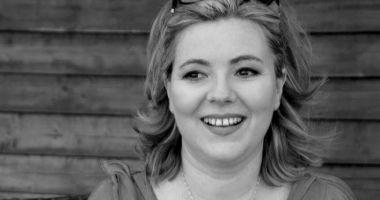 Jurnalista Laura Barbu, condusă astăzi pe ultimul drum de către familie, prieteni şi colegi de breaslă