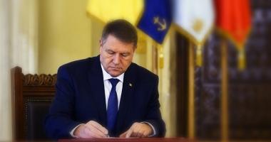 Lege promulgată de Iohannis: Educatorii și învățătorii nu vor mai fi obligați să absolve studii universitare
