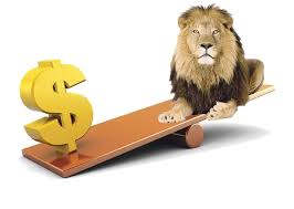 Dolarul a câștigat 5,55 bani în confruntarea cu leul