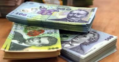 Leul pierde dureros cu dolarul, dar câştigă cu francul elveţian