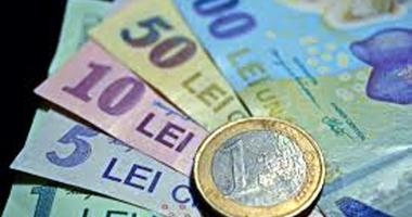 Leul pierde la euro şi franc, dar câştigă la dolar