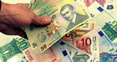 Leul câștigă la euro și francul elvețian, dar pierde la dolar