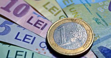 Leul mușcă din euro și francul elvețian, dar cedează în fața dolarului