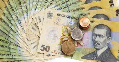 Leul pierde la dolar și francul elvețian, dar ciupește din euro