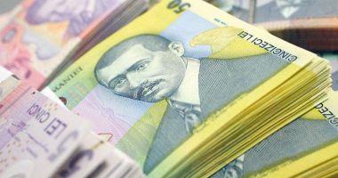 Leul pierde la euro, dar câștigă la dolar și francul elvețian