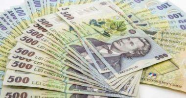 Leul câștigă la dolar și francul elvețian, dar e ciupit de euro